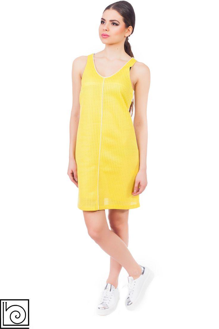 Платье брендовое без рукавов на подкладе. Перед желтый, спинка молочного цвета. Длина выше колена.  Сбоку молния. Ongy Six. Италия.