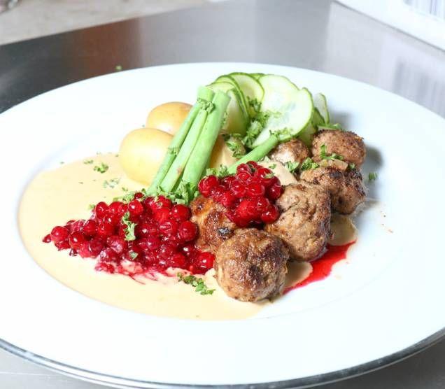 Köttbullar, en riktig klassiker inom den svenska husmanskosten. Här får ni mitt recept på köttbullar så som jag brukar göra dem till min familj.