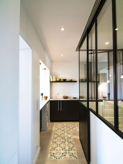 La salle de bains est séparée de la cuisine par une verrière d'intérieur