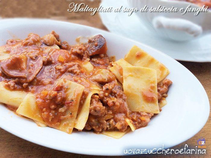 I maltagliati al sugo di salsiccia e funghi sono un primo piatto adattissimo nel periodo autunnale; il sugo è ottimo anche per accompagnare la polenta.