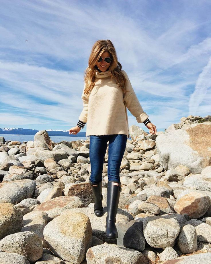 lake tahoe outfit exploring rocks, hunter boots, jeans, sweater