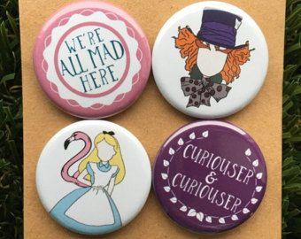 Alicia en el país de las maravillas pines o imanes - sombrerero loco, el Alicia, conejo blanco, gato de Cheshire, reina de corazones, Disney, Lewis Carroll, Tea Party, regalo