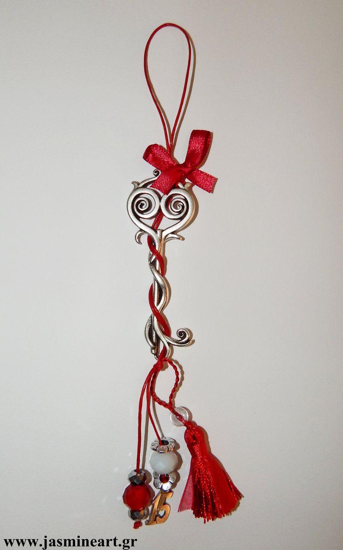 Γούρι 15 Αντικέ Κλειδί   Εντυπωσιακό γούρι με αντικέ επάργυρο κλειδί, φούντα, χάντρες και μεταλλικό στοιχείο 15 δεμένα σε δερματάκι. Τιμή: 8.50 €