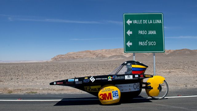 Equipo de la USB participa con otras naciones en carrera de carros solares en Chile.
