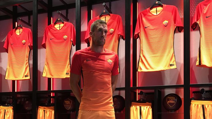 Strootman meets fans after unveiling 'beautiful' third kit