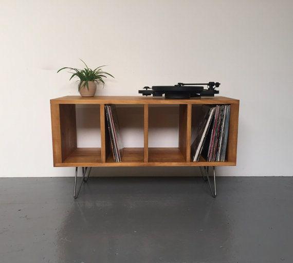 Diese Massivholz, Hand, die fertige Konsole Ablagetisch ideal für den Einsatz ist als ein Vinyl Record Schrank zu Haus ca. 250 Vinyl-Schallplatten, aber es funktioniert genauso gut wie als Medienstelle, Sideboard oder TV stehen.  Es ist handgefertigt aus hochwertigen Nadelschnittholz und ist ausgestattet mit Stahl Haarnadel Beine. Es ist fein geschliffen und Hand gebeizt in verschiedenen Farben (siehe letztes Bild) und versiegelt mit einem strapazierfähigen Wachs-Öl-Fleck für einen…