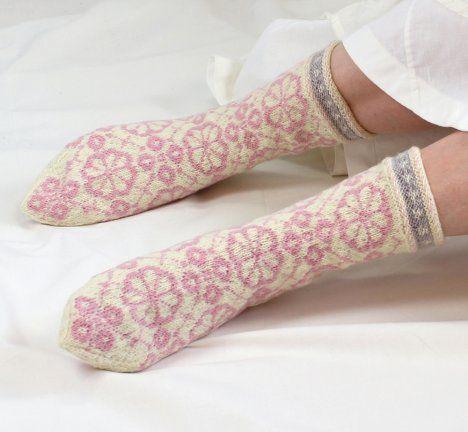 Roosa nauha -langasta neulotut Apila-sukat Ohje: http://www.kodinkuvalehti.fi/artikkeli/suuri_kasityo/neulonta_ja_virkkaus/roosa_nauha_langasta_neulottujen_apila_sukkien_ohje
