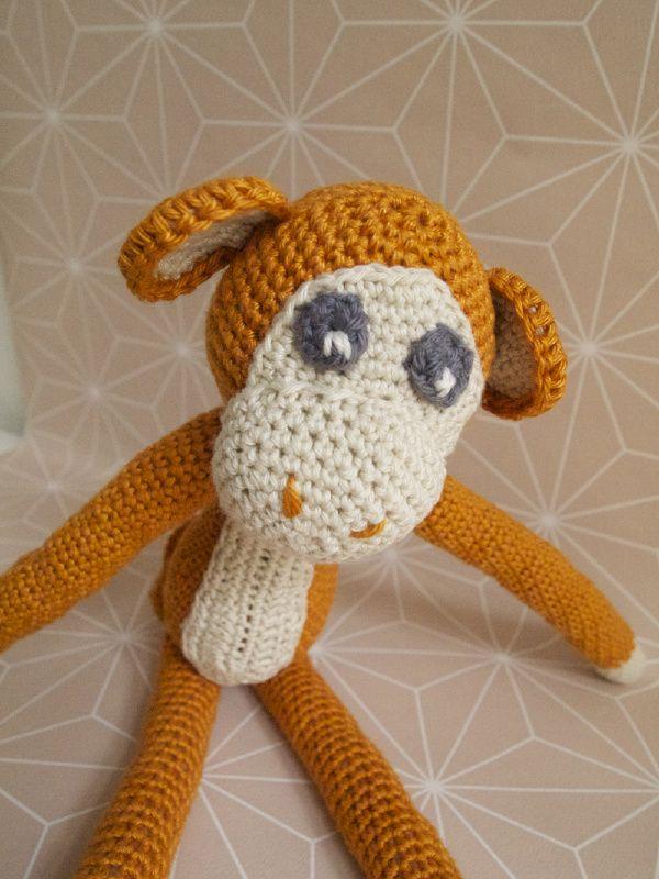 Gehaakte knuffel aap gemaakt door Donderdag. #haken #knuffel #handgemaakt #aapje #kidsroom #kids #donderdag #kinderkamer #kinderen #cadeau #knuffel