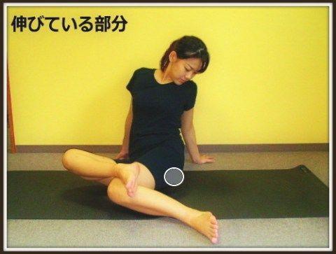 1、両足をお尻の幅よりも大きくひらく。後ろに両手をつき上半身を支えます。  2、両脚を同じ方向に倒します。  3、上にある膝の上に、下の足首をのせます。上半身は背筋を伸ばし、お尻を覗き込むように上体を捻ります。