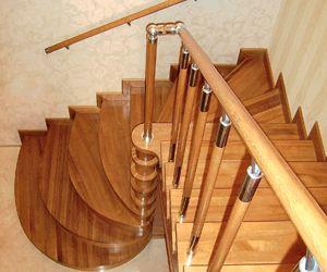 Деревянные забежные ступени веером разворачиваются вокруг опорного столбика. Цена (материалы и монтаж) – от 24 500 грн заметр подъема