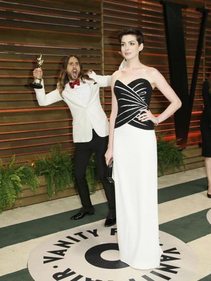 """Fotobomben bei den Oscars: Auf der """"Vanity Fair""""-Party posiert Anne Hathaway gekonnt für die Fotografen. Oscar-Gewinner Jared Leto """"stört"""" die Aufnahmen. Mehr dazu hier: http://www.nachrichten.at/nachrichten/society/Jared-Leto-und-Co-Die-lustigsten-Fotobomben-der-Oscarnacht;art411,1322312 (Bild: Reuters)"""