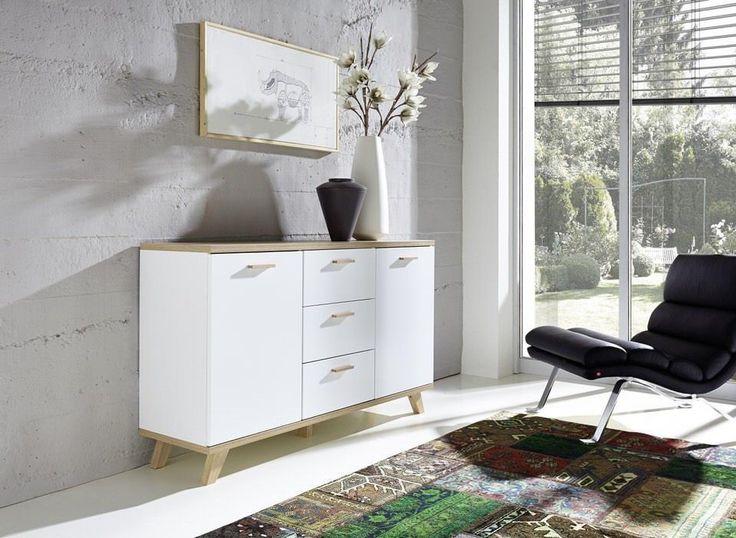 Met een scandinavisch design dressoir kun je alle kanten op als het gaat om jouw stijlvolle inrichting. De praktische opbergruimte, het unieke design en de sfeervolle uitstraling van dit dressoir maken jouw woonkamer compleet. Maak voor jezelf het leven een stukje leuker en gemakkelijker met de mat houten Dressoir Oslo en richt je woonkamer compleet in.