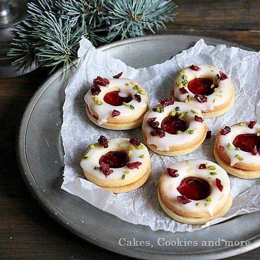 Rezept für Cranberry Spitzbuben. Die säuerlichen Noten der Cranberries und der Zitrone passen sehr gut zu den zarten süssen Spitzbuben. Das Rezept gibt es jetzt im Blog.   #weihnachtsgebäck #plätzchen #cookies #kekse #guetzli #craberries #spitzbuben #hausgemacht #selbstgemacht #cakescookiesandmore #schweizerfoodblog