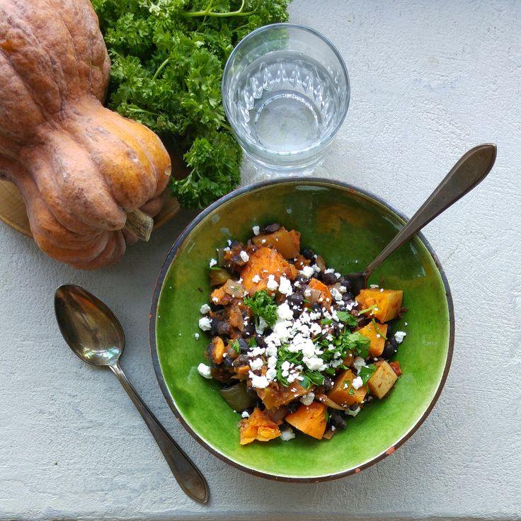 Pittige pompoen-stoof met zwarte bonen: perfect voor koude dagen! Verwarmend én versterkend, dankzij alle groenten. Een Ggggroente-gerecht door Meriam Beek.
