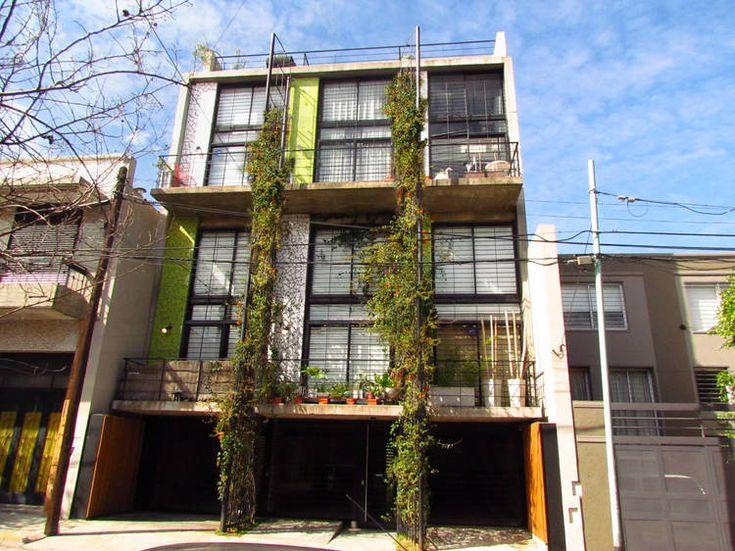 Moldes 4155. Vivir en un departamento como si fuera una casa de barrio.  Los seis duplex se apilan en el bloque delantero en dos filas de tres.