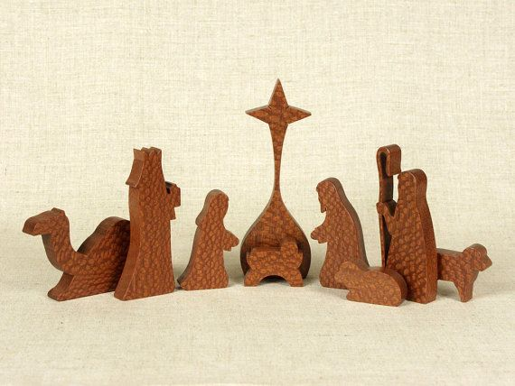 Rappresentazioni della Natività definiscono il periodo natalizio!  Questo presepe di nove pezzi fatta da Lacewood. Le cifre dettagliate sottilmente sono abilmente scorrimento segato, ogni insieme da una singola scheda. Tutti i sono accuratamente levigato a mano e Raso poliuretano finito per esaltare la bellezza naturale del legno.  Dimensioni: Altezza (star): 6 Larghezza (layout come mostrato) 14 Spessore: 5/8  Modelli venatura del legno potranno variare.