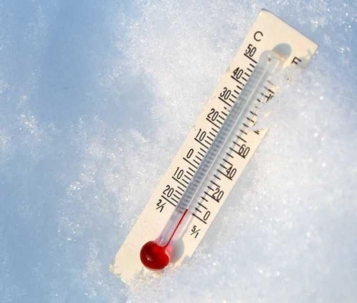 Hipotermia -  Es una temperatura corporal peligrosamente baja, por debajo de 35º C (95º F). Consideraciones Otros tipos de lesiones ocasionadas por el frío que afectan a las extremidades se denominan lesiones periféricas por el frío. De ellas, lacongelaciónes la lesión más común por congelamiento. Las lesion...