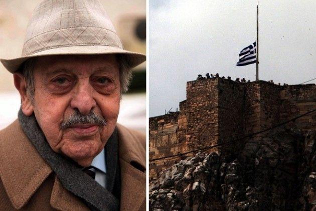 ΑΠΟΣΤΟΛΟΣ ΣΑΝΤΑΣ στιγμιότυπο από την Ακρόπολη, με τη σημαία να κυματίζει μεσίστια, την ημέρα της κηδείας του, το 2011