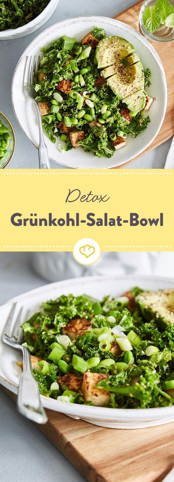 Grün ist die Farbe des Tages. Darum betten sich Avocado, Frühlingszwiebeln und Edamame auf knackigen Grünkohl und werden zur detox Feierabend-Salat-Bowl.