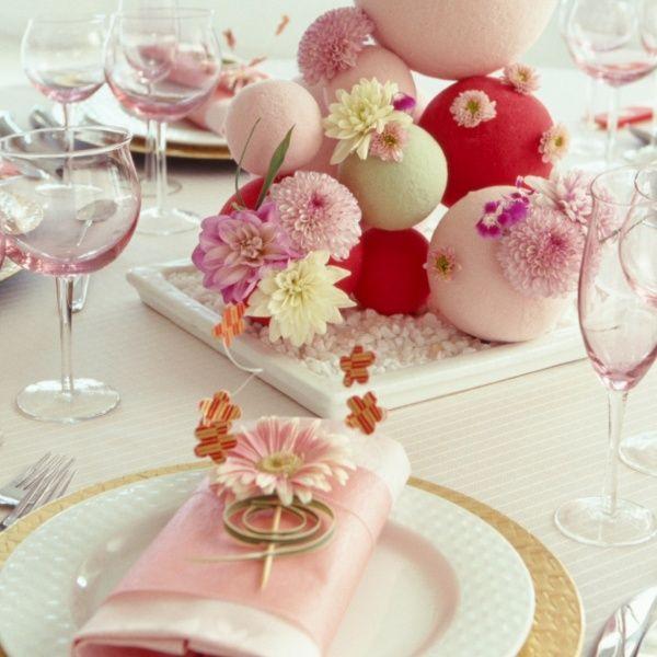 ひな祭りのお祝いの日に、ダイニングを飾りたいテーブルコーディネート事例。手毬をイメージしたフラワーアレンジメントに、ピンクのナプキン。小物は和を意識したもの。