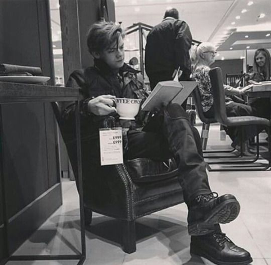 New picture of Thomas on July 3rd 2016 taken by his sister ^^ damn that cup of tea is huge!!!! And he's reading, *faint*. I think they're at a furniture store or something