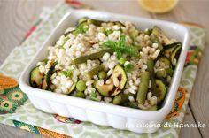 Una fresca insalata di orzo piena di verdure e condita conmenta e succo di limone si mangia davvero molto volentieri in questi primi caldi giorni d'estate