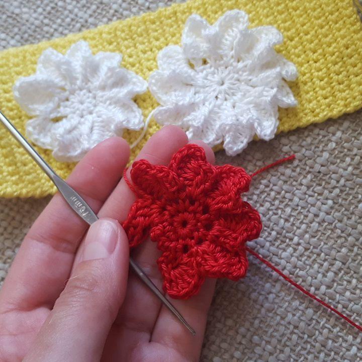 Чем еще можно заниматься в дождливый день? Конечно любимым делом! Придумываю разные цветочки #вяжутнетолькобабушки #вязание #своимируками #хэндмэйд #рукоделие