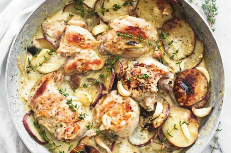 Exquisitas pechugas de pollo en una cremosa salsa con papas Ingredientes   4 pechugas de pollo deshuesadas y sin piel, o 4-6 muslos de pollo 1 taza de papas picadas en rodajas 1 cucharada de ajo