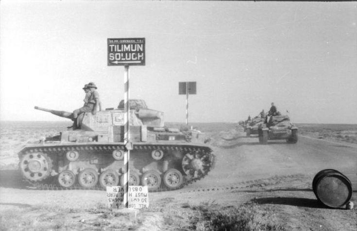 1941, Libye, Tilimun (aujourd'hui Zawiyat at Tilimun), Colonne de Panzer III en ordre de marche dans le désert | by ww2gallery