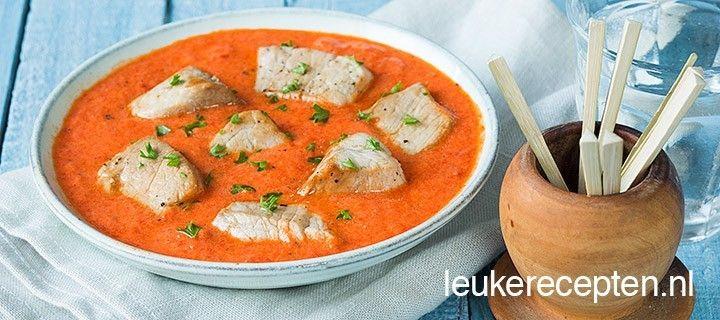 Lekker tapasrecept van gebakken varkenshaas in een romige saus van gegrilde paprika