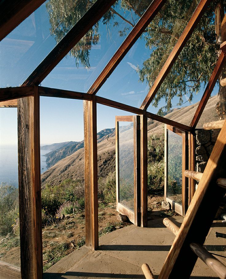 Taking cues from the flora, fauna, and rocky cliffs of Big Sur, California, Mickey Muennigs brand of organic architecture doesnt stop with the terrain. Muennigs Green House utilizes the western sun of the dramatic Big Sur coastline.