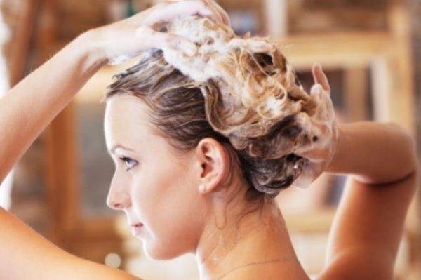 Как сделать прекрасную естественную укладку  Если вы знаете, что утром у вас не будет времени на создание укладки, то предварительно можно сделать маску с оливковым и ли кокосовым маслом. Благодаря маслам волосы разглаживаются, и нет нужды в дополнительной укладке или средствах для волос. Достаточно просто высушить волосы естественным способом, а для объема использовать крупные бигуди-липучки.
