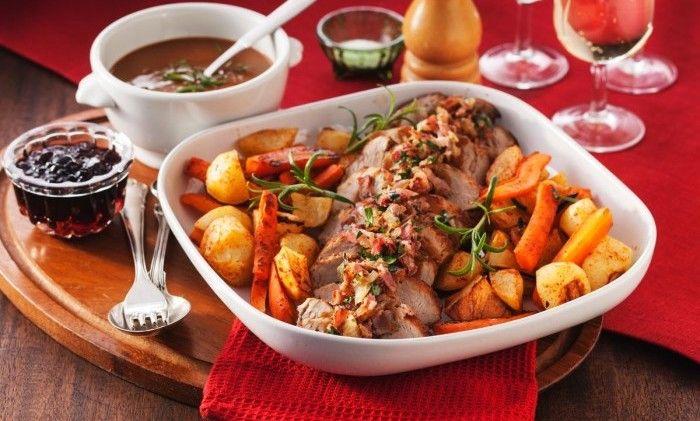 Lättlagad fläskfilé toppad med bacon och persilja. Servera med fräscha, ugnsstekta grönsaker och rosmarindoftande gräddsås! Gott, lätt och perfekt bjudmat!