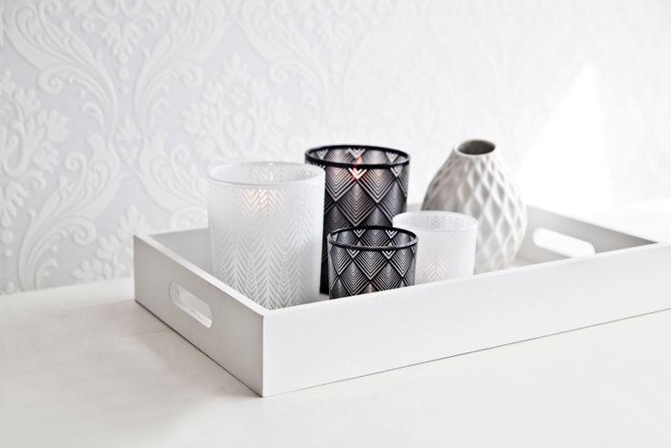 Decorazioni di Natale fai da te su DALANI MAGAZINE. Seguite i nostri consigli per creare uno splendido vassoio con carta adesiva. Una perfetta idea regalo.