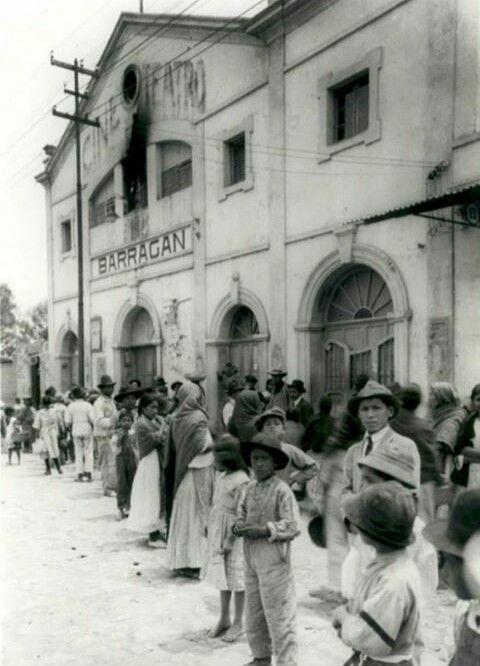Cine Teatro Barragan Estuvo en la Colonia Escandón durante la década de los años 20, en la calle de Independencia 170, hoy José Marti. Despues fue remodelado y se le conoció como cine Escandón durando unas décadas más hasta ser demolido. En su lugar actualmente se ubican unos departamento, que están casi frente al Mercado de Escandón. Imagen de los años 20.