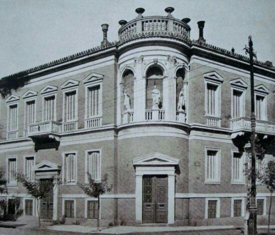 Το εντυπωσιακό κτίριο που δεν υπάρχει πλέον, βρισκόταν στην οδό Φιλελλήνων και Σιμωνίδου. Στα δεξιά του υπήρχε η Αγγλικανική εκκλησία του Αγ. Παύλου. Φωτογράφος Γεώργιος Μπακούρος...  Διαβάστε όλο το άρθρο:http://www.mixanitouxronou.gr/pia-itan-ta-neoklasika-pou-antegrapsan-to-kilindriko-mnimio-tou-lisikrati-ke-ton-oktagoniko-pirgo-ton-aeridon-stin-plaka-dite-tin-athina-tis-kompsotitas-ke-ta-fotografika-ntokoumenta-prin-apo-tin-ka/