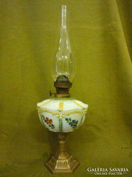 Petróleumlámpa Kézi  festésű, hatszögletű opál üveg lámpatest virág mintákkal, bronzírozott  talpon.