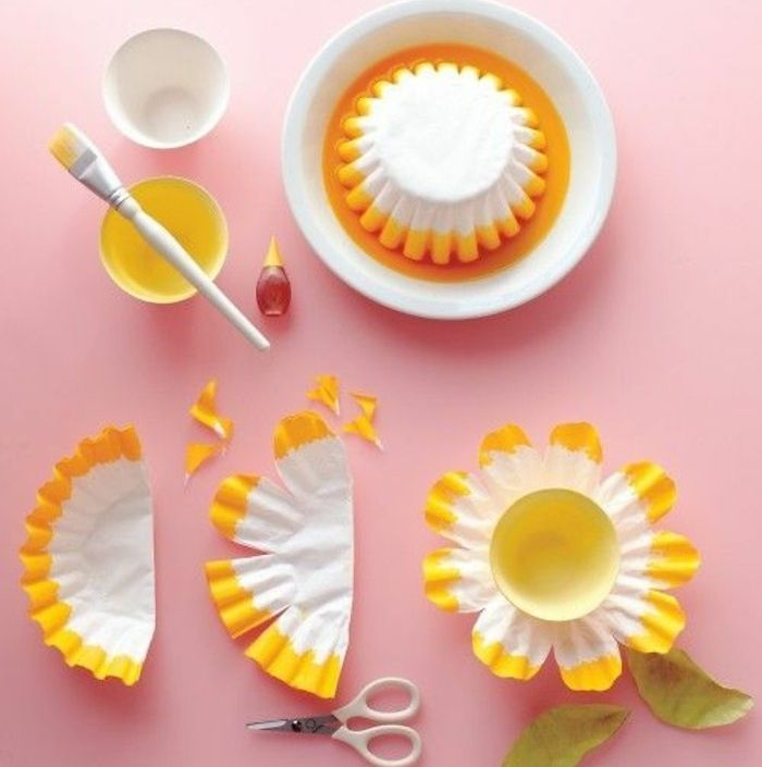 idée activité créative de printemps, des moules à muffins bordure jaune, idée bricolage fleur en papier a faire soi meme