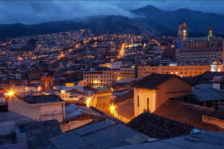 Vista panorámica nocturna de Quito