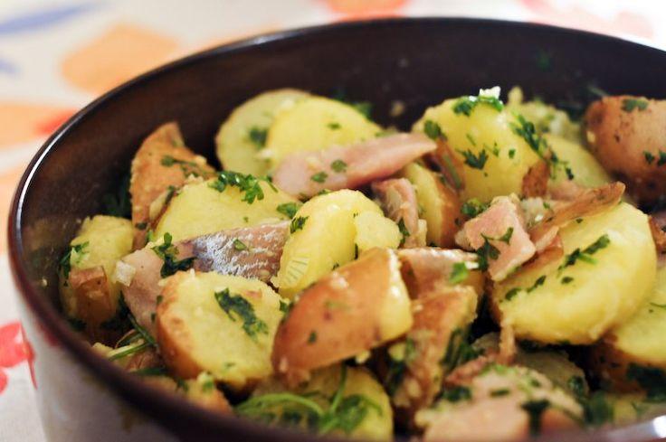 Le «hareng pommes à l'huile» est un grand classique parmi les hors-d'oeuvres français, et on en trouve encore de temps …