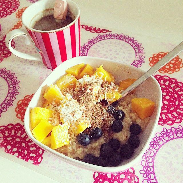 Clean eating: mangiare pulito, fresco e con ingredienti lavorati il minimo. Ecco porridge, smoothie bowl e smoothie: 3 idee sane e buonissime per colazione.