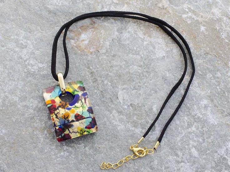 Collana pendente in vetro di Murano a piastra di rettangolare bombata con sfumature multicolore. Il cordino è in alcantara di colore nero