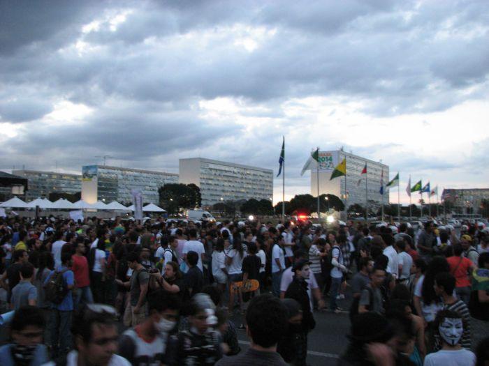 Brasília vira praça de guerra em manifestação contra Temer (VÍDEOS)