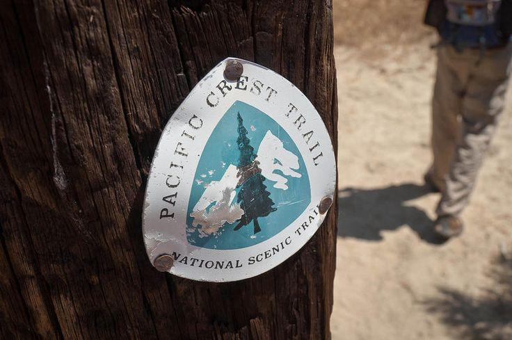Het Pacific Crest Trail loopt langs de hoogste delen van de Sierra Nevada en de Cascade Range, die zo'n 160 à 240 km ten oosten van de Amerikaanse Stille Oceaankust liggen. Het pad begint in het zuiden in het plaatsje Campo (Californië) op de grens met Mexico. Van daaruit loopt het Pacific Crest Trail noordwaarts langs heuvelruggen en bergketens. Het pad doorkruist 25 nationale bossen, 7 nationale parken en verschillende beschermde wildernisgebieden.