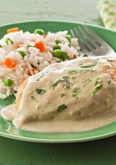 Cremoso pollo en salsa verde- Con tan solo 4 ingredientes, este cremoso pollo en salsa verde es la receta ideal para una deliciosa e innovadora receta para entre semana.