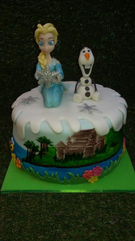 Torta frozen con figuras 3d y 2d, pintada a mano