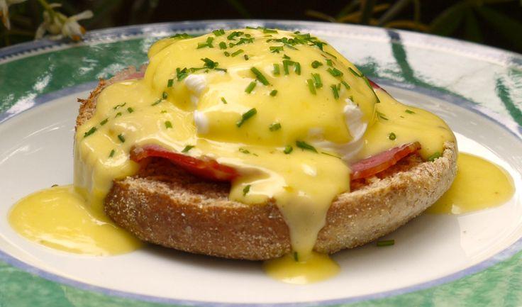Lors du brunch ce dimanche, j'étais chargée d'une de mes spécialités: les œufs benedict. On recouvre un muffin (pain anglais), d'une tranche de bacon et d'un œuf poché puis on recouvre le tout de sauce hollandaise avant de parsemer de ciboulette.