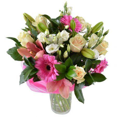 Чудесный букет — хорошенький, как юная девушка. Малиновые герберы в нем не стесняются присутствия коронованных особ – лилий и роз. Они сияют, словно звезды.