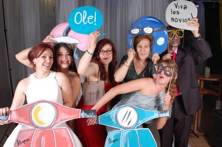 Photocall de la boda de Ángel y Cristina. Hicimos motos y cascos pintados a mano para una pareja muy motera.