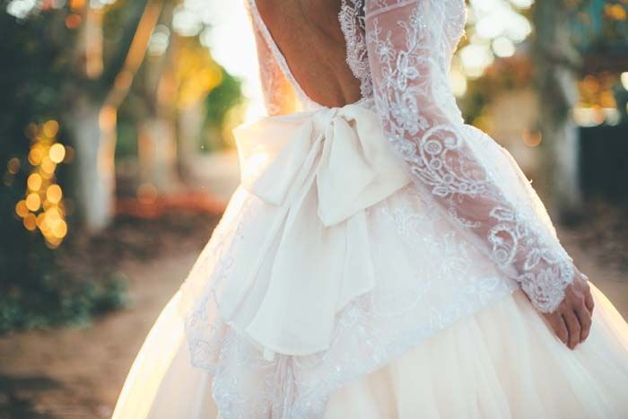 Beautiful BOW ! // Wedding dress by Elizabeth de Varga, Photography by Artography